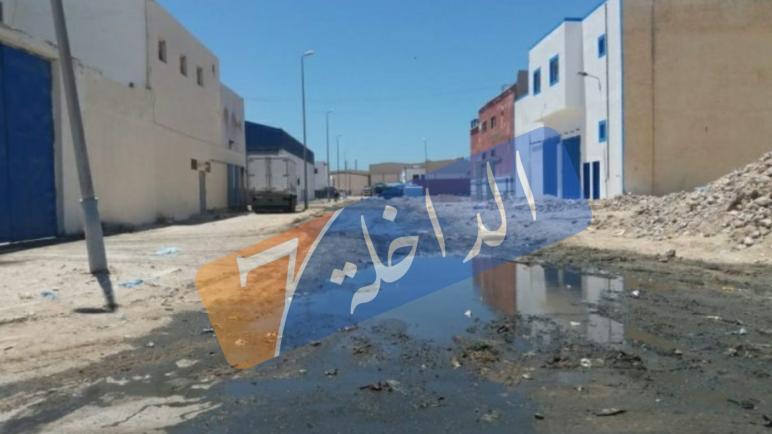 خطير…في عز كورونا الحي الصناعي بالداخلة يسبح في الواد الحار