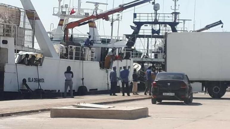 أزمة الكَركَرات..سفن موريتانيا كتخوي حمولتها فميناء الداخلة من أجل تصديره لأوروبا