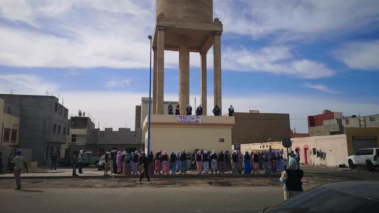 عاجل..أعضاء تنسيقية التحدي للمعطلين الصحراويين يعتصمون فوق خزان للمياه بحي أكسيكسيات