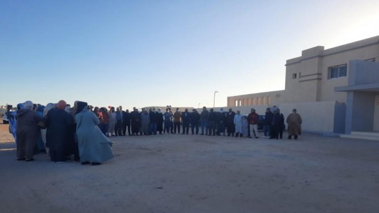 أعضاء تنسيقية متضرري التجزئتين السكنيتين لبلدية الداخلة يخرجون في وقفة إحتجاجية